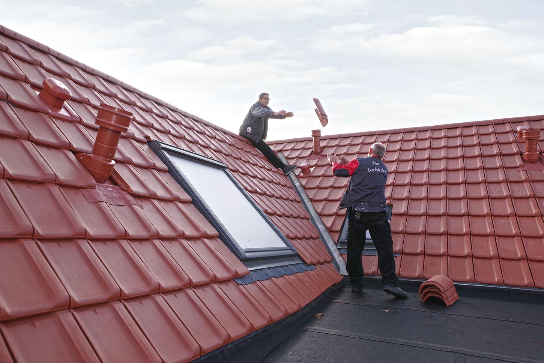 Dachdecker bei der arbeit  Peter Krauß Dachdecker-Meisterbetrieb